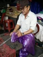 Nghề dán và sửa áo mưa ở Huế