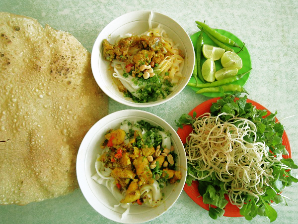 Một người Huế ăn mì Quảng