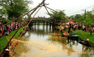 Khám phá chợ quê, trải nghiệm bịt mắt đập om, đua ghe tại Festival Huế