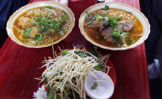 Người Sài Gòn kiên trì đợi để ăn bún giò gốc Huế nấu bằng bếp củi