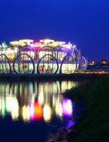 Nhà hàng hình bông sen khổng lồ nằm trên sông Hương
