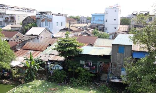 """<h2><a href=""""http://vanhoahue.net/2018/10/len-phuong-an-di-doi-hon-4-200-ho-dan-ra-khoi-kinh-thanh-hue/"""">Lên phương án di dời hơn 4.200 hộ dân ra khỏi Kinh thành Huế</a></h2>Vòng tường Kinh thành bị hư hỏng, thượng thành bị người chiếm dụng để ở và trồng hoa màu, nhiều đoạn hộ Thành Hào bị phá hủy hoàn toàn, các"""