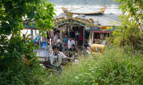 """<h2><a href=""""http://vanhoahue.net/2018/11/tham-du-nguoc-dong-huong-giang/"""">Thám du ngược dòng Hương Giang</a></h2>Sông Hương là món quà vô giá mà thiên nhiên đã ban tặng cho Huế, hiểu về dòng sông sẽ cùng góp sức bảo tồn để dòng Hương mãi là"""