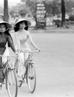 Loạt ảnh về thiếu nữ áo dài Huế xưa đi xe đạp