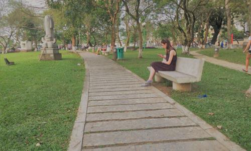 """<h2><a href=""""http://vanhoahue.net/2019/05/chiec-ghe-canh-bao-tang/"""">Chiếc ghế cạnh bảo tàng</a></h2>Nắng đổ vàng hun nóng những ngôi biệt thự kiểu Pháp dọc bờ sông Hương. Những hàng cây muối, long não xanh và xanh hơn nữa như để làm dịu"""