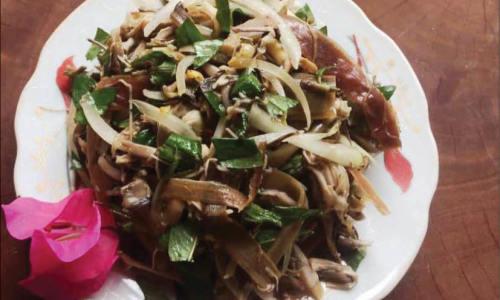 """<h2><a href=""""http://vanhoahue.net/2019/09/ga-tren-cay/"""">Gà """"trên cây""""</a></h2>Tháng năm tuổi thơ cứ xuất hiện canh rau dại, chén mắm cà, rổ rau muống to đùng trong những bữa ăn. Xịn nhất vẫn là món """"gà trên cây"""""""