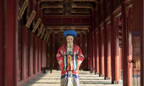 """<h2><a href=""""http://vanhoahue.net/2020/03/giu-ao-dai-nhat-binh-cho-hue/"""">Giữ áo dài Nhật Bình cho Huế</a></h2>Như rất nhiều cô dâu khác, tôi từng một lần khoác lên mình chiếc áo dài Nhật Bình khi vái lạy bàn thờ tổ tiên trong ngày theo chồng, nhưng"""