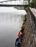 Đu dây, lội nước làm sạch bờ sông Hương