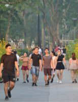 Đi bộ bên bờ sông Hương