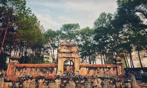 """<h2><a href=""""http://vanhoahue.net/2021/02/mot-som-tai-lang-kien-thai-vuong/"""">Một sớm tại Lăng Kiên Thái Vương</a></h2>  Lăng của Kiên Thái Vương (1845-1876) tọa lạc trên một ngọn đồi kế bên lăng Vua Đồng Khánh ở phía Nam kinh thành Huế.             Kiên Thái Vương là cha đẻ của"""
