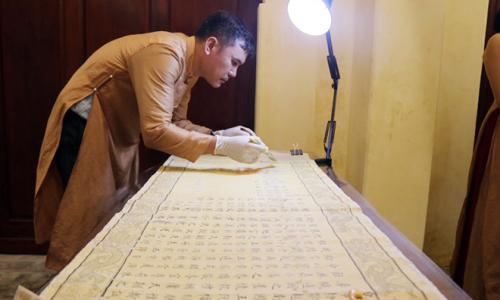 """<h2><a href=""""http://vanhoahue.net/2021/04/gin-giu-cac-dao-sac-phong-bau-vat-linh-thieng-cua-lang-que-xu-hue/"""">Gìn giữ các đạo sắc phong &#8211; &#8220;Báu vật&#8221; linh thiêng của làng quê xứ Huế</a></h2>Nhiều ngôi làng cổ của tỉnh Thừa Thiên – Huế vẫn đang lưu giữ được một kho tàng đồ sộ các đạo sắc phong của các triều vua nhà Nguyễn"""