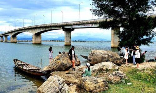"""<h2><a href=""""https://vanhoahue.net/2021/07/cau-tam-giang-diem-check-in-quen-ma-la/"""">Cầu Tam Giang, điểm """"check- in"""" quen mà lạ</a></h2>Khi cầu Tam Giang trở thành điểm """"check- in"""" mới, thu hút giới trẻ, những người đã quá quen thuộc với cây cầu này như tôi """"giật mình"""", thấy đẹp"""