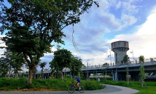 """<h2><a href=""""http://vanhoahue.net/2021/09/con-da-vien-khong-gian-cua-van-hoa-va-thien-nhien-tho-mong/"""">Cồn Dã Viên &#8211; không gian của văn hoá và thiên nhiên thơ mộng</a></h2>Con đường đi bộ được ốp đá, uốn lượn ôm vòng bờ Đông cồn Dã Viên; hệ thống vườn hoa, cây xanh được cắt tỉa bài bản tạo nên không"""