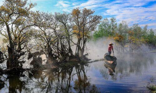 """<h2><a href=""""https://vanhoahue.net/2021/09/ru-cha-mua-la-bay/"""">Rú Chá, mùa lá bay…</a></h2>Màu vàng của lá cây chá đầy ma lực giữa giai điệu mùa thu ngát xanh xứ sở. Rừng chá những ngày cuối tháng chín luôn khiến cho những người"""